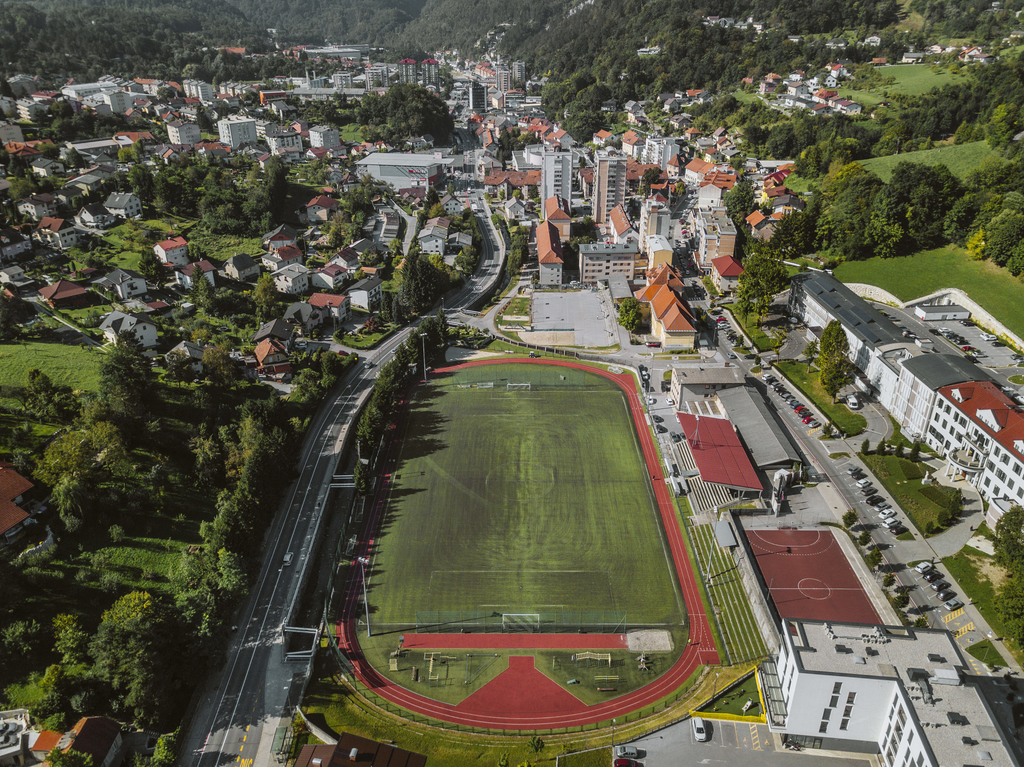 Menjava umetne trave v športnem parku Rudar
